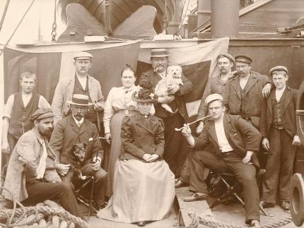 Mandskab og gæster om bord på S/S DAGMAR i 1899