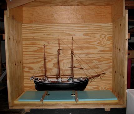 Modellen Hamlet er pakket klar i transportkasse. Da Hamlet sidst blev lånt ud blev den sendt med museets kurér.