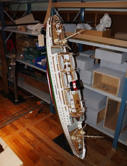 Skibsmodel i dramatisk positur