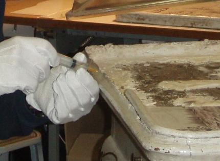 Konsolidering af malingslag og kit langs bordkant